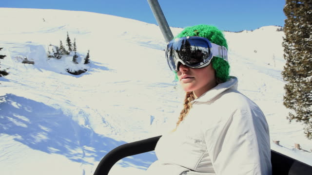 ms pan ts girl (10-11) riding ski lift / alta, utah, usa - ユタ州 アルタ点の映像素材/bロール