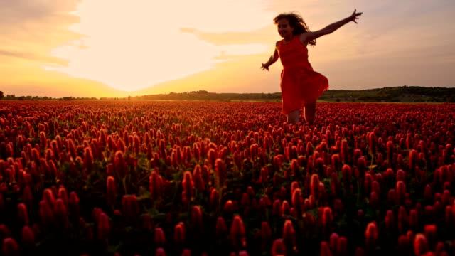 slo mo ガールのランニングでの crimson clover 」 - 10歳から11歳点の映像素材/bロール