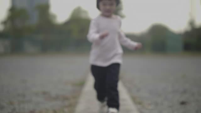 vídeos y material grabado en eventos de stock de niña corriendo en el jardín - 2 3 años