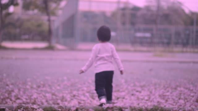 girl ランニングのガーデン - 背中点の映像素材/bロール