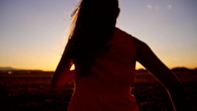 vídeos de stock e filmes b-roll de slo mo menina a correr no prado com pôr do sol - 14 15 anos