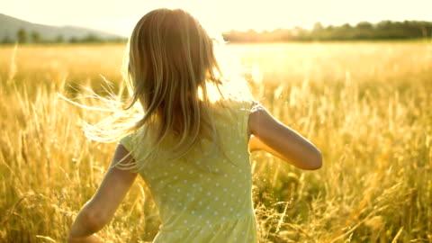 vídeos y material grabado en eventos de stock de ms t una persona niña corriendo en el prado - niñas