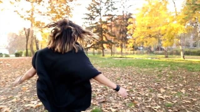 vidéos et rushes de fille courir dans le parc - lunettes de vue