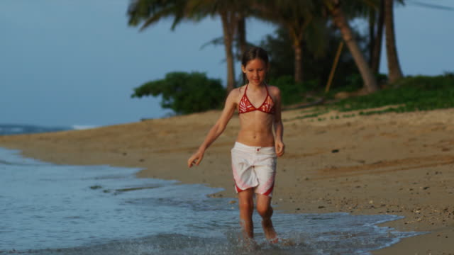 vídeos de stock e filmes b-roll de girl running on the beach - 12 13 anos
