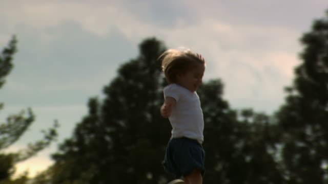 girl running outdoors on hill with trees - andere clips dieser aufnahmen anzeigen 1166 stock-videos und b-roll-filmmaterial