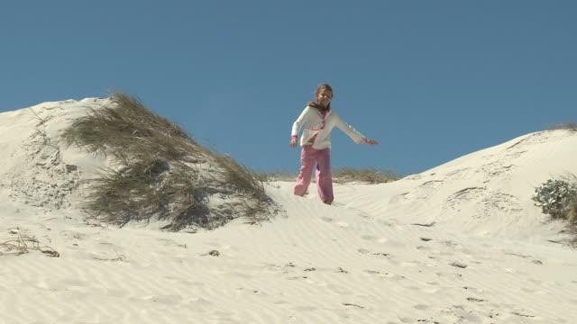 vídeos de stock e filmes b-roll de ws pan girl (6-7) running towards grandfather / cape town, south africa - membro humano