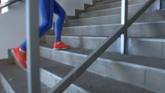 Fille monter les escaliers