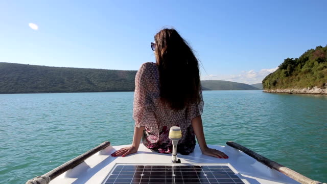 ragazza su uno yacht a vela - croazia video stock e b–roll