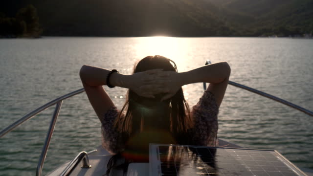 Chica en un yate de vela