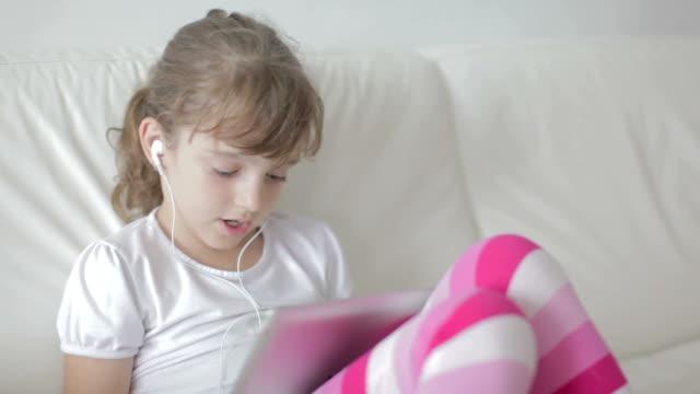 vídeos de stock, filmes e b-roll de hd: garota cantando - 6 7 anos