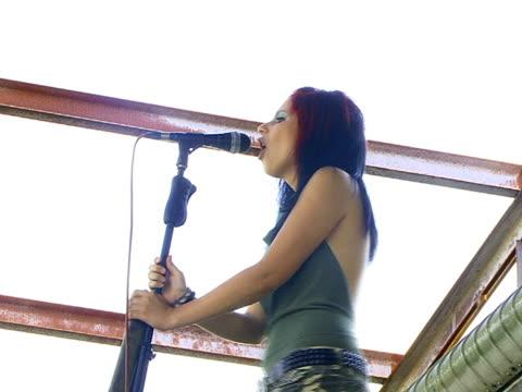vídeos y material grabado en eventos de stock de chica canta - sólo una adolescente