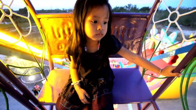 vídeos y material grabado en eventos de stock de chica sentada en la noria. - big wheel