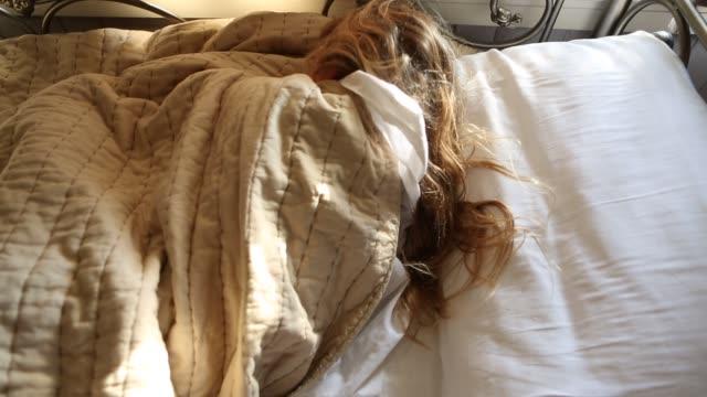 girl sleeping - 10 11 jahre stock-videos und b-roll-filmmaterial