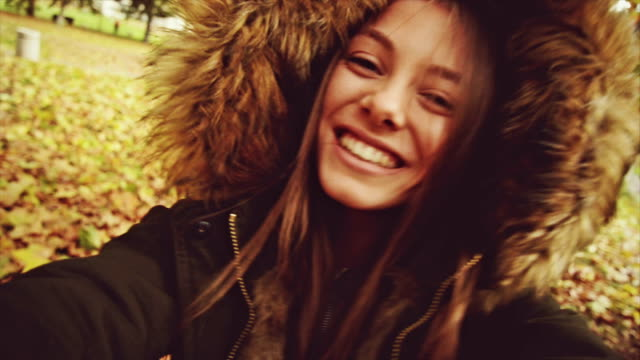 女の子の笑顔とカメラ目線します。スローモーション。 - 自分撮り点の映像素材/bロール