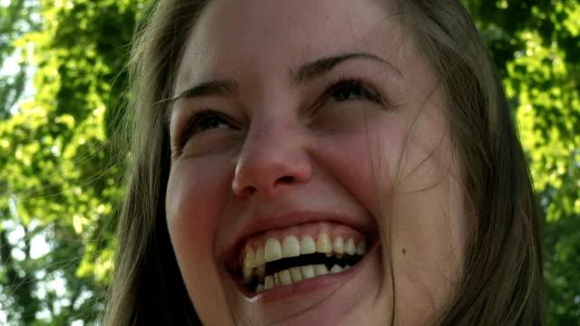 lächelndes mädchen - in den zwanzigern stock-videos und b-roll-filmmaterial