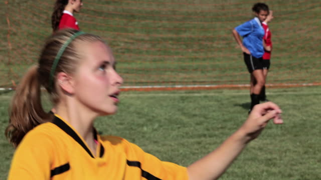 girl soccer player heading the ball - geköpft stock-videos und b-roll-filmmaterial