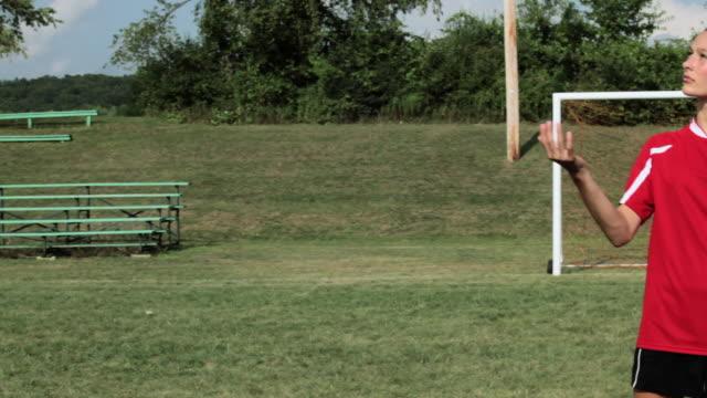 stockvideo's en b-roll-footage met girl soccer player throwing ball - alleen één tienermeisje