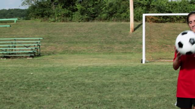 stockvideo's en b-roll-footage met girl soccer player with ball - alleen één tienermeisje