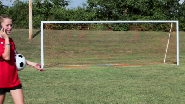 girl soccer player with cellphone - endast en tonårsflicka bildbanksvideor och videomaterial från bakom kulisserna