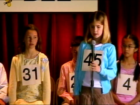vídeos de stock e filmes b-roll de girl spelling word on stage in spelling bee / sitting down / los angeles, california - sentar se