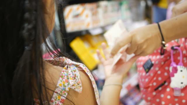 Mädchen Geld bei Kasse Zähler store