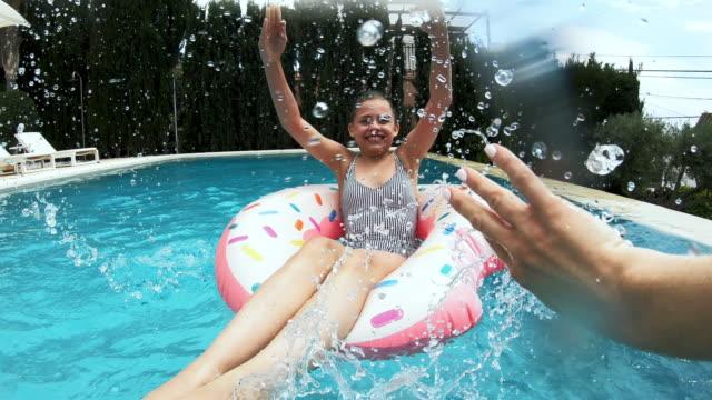 girl splashing - 12 13 år bildbanksvideor och videomaterial från bakom kulisserna