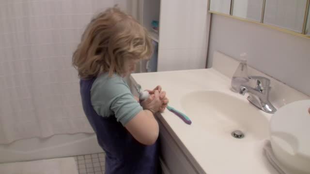 vídeos y material grabado en eventos de stock de ms girl (6-7) squeezing toothpaste / brooklyn, new york, usa - cuarto de baño