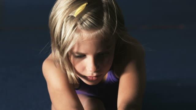 vidéos et rushes de cu tu td girl (8-9) stretching in gym, orem, utah, usa - effort