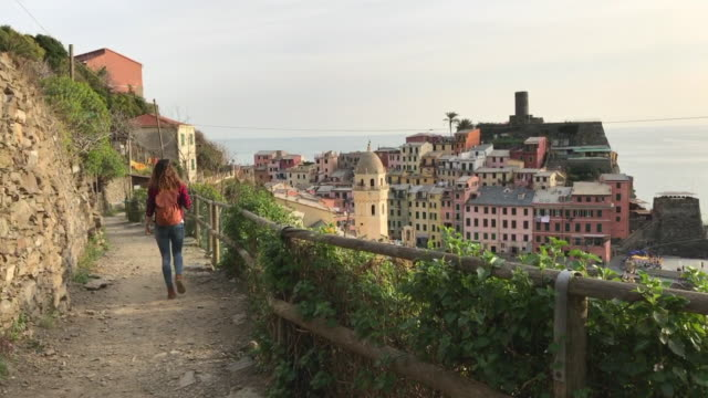 vidéos et rushes de a girl strolling along the sentiero azzurro (the blue path) overlooking vernazza. cinque terre - site classé au patrimoine mondial de l'unesco