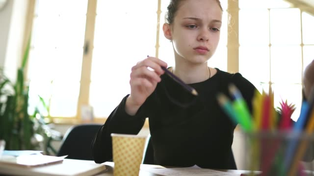 vidéos et rushes de fille étudiant seule à la maison - cours de mathématiques