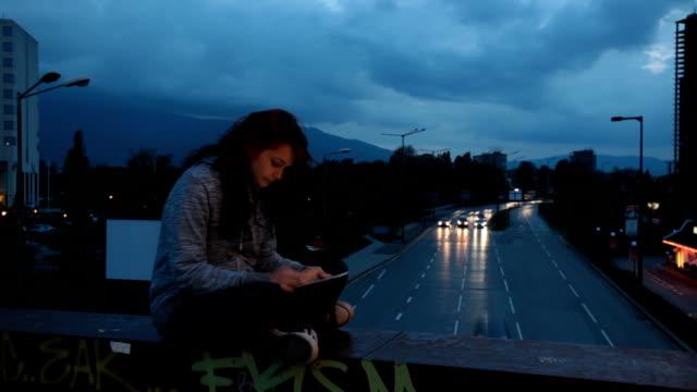 Menina Surfar na net na Cidade