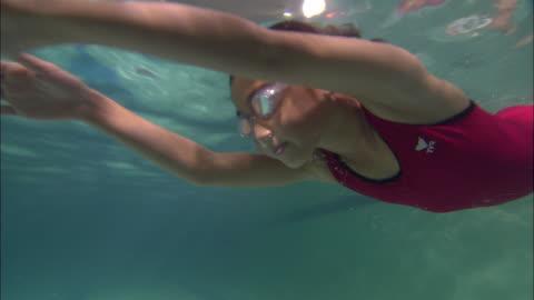 stockvideo's en b-roll-footage met la ms girl swimming across pool and wearing swim goggles / riverhead, new york, usa - swimwear