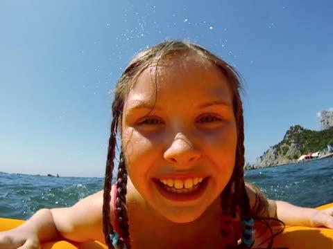 stockvideo's en b-roll-footage met girl swimming on a airbed - alleen meisjes