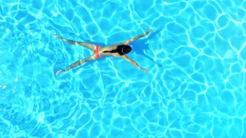 rallent donna, nuoto sott'acqua in piscina - swimming pool video stock e b–roll