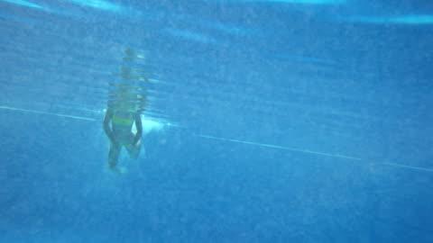 stockvideo's en b-roll-footage met girl swimming underwater - swimwear