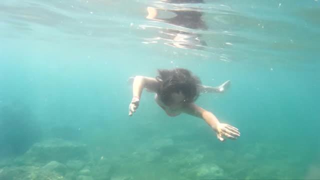 vídeos de stock e filmes b-roll de menina nadar debaixo de água - 14 15 anos