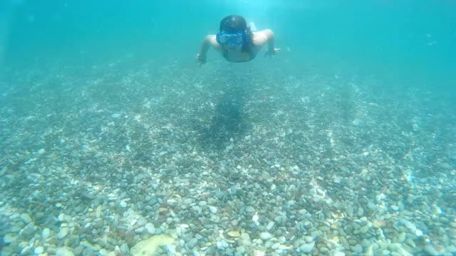 stockvideo's en b-roll-footage met meisje onderwater zwemmen - 14 15 jaar
