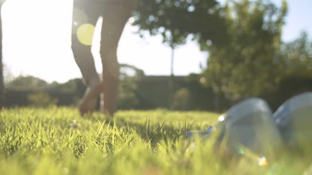 vídeos de stock, filmes e b-roll de garota tira o sapato e coloca o pé na grama - céu fenômeno natural