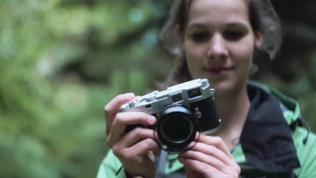 mädchen nehmen foto im wald - erinnerung stock-videos und b-roll-filmmaterial