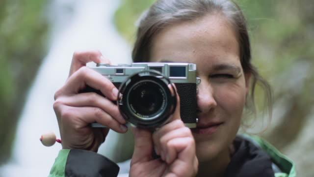 vídeos de stock, filmes e b-roll de foto tomada de menina na floresta - photographing