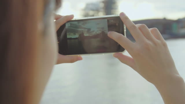 女の子は、ビーチで写真を撮影 - 自画像点の映像素材/bロール