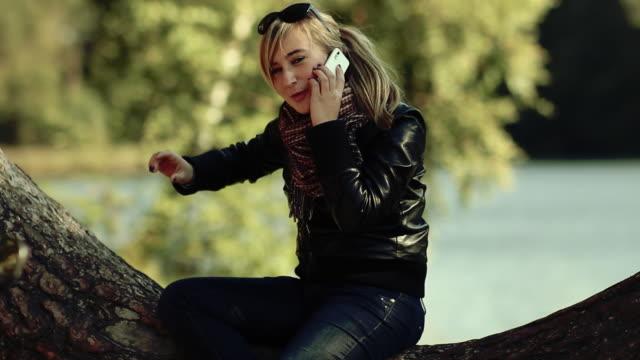 stockvideo's en b-roll-footage met girl talking on telephone - alleen één tienermeisje