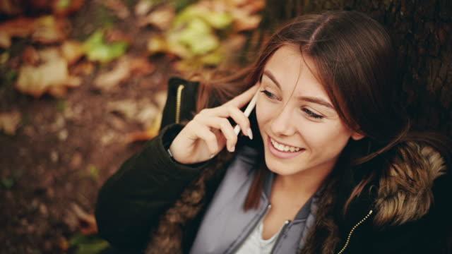 vídeos y material grabado en eventos de stock de chica hablando por teléfono. - sólo una adolescente
