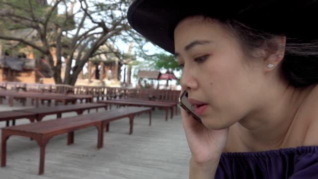 vídeos y material grabado en eventos de stock de chica hablando por teléfono - sólo una adolescente