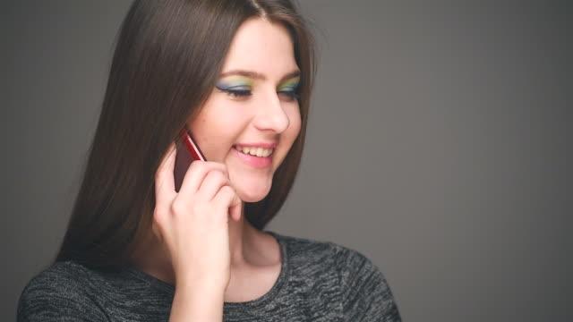 ragazza parla al cellulare - gara sportiva individuale video stock e b–roll