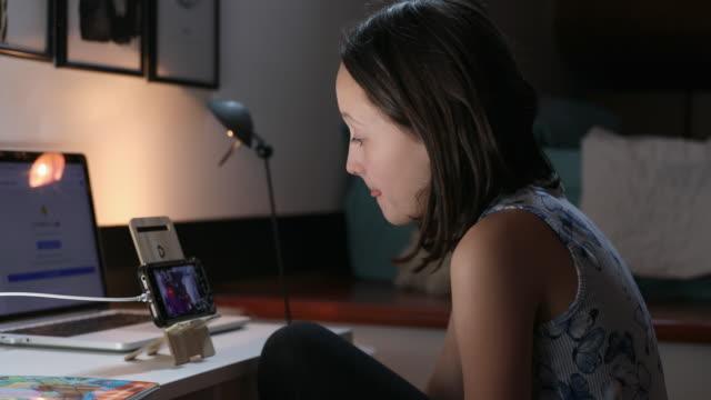 vidéos et rushes de girl text messaging - seulement des petites filles