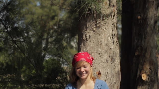 stockvideo's en b-roll-footage met ms td girl (14-15) texting by tree / cape coral, florida, usa - alleen één tienermeisje