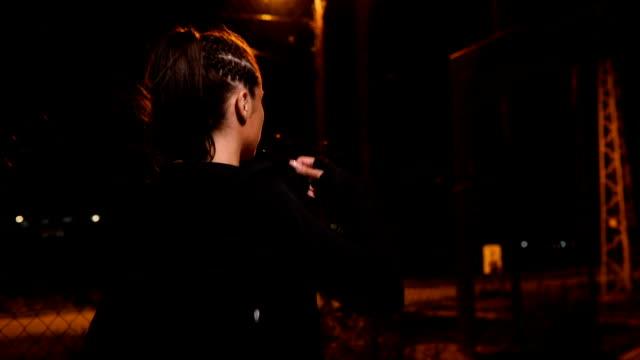 vídeos de stock e filmes b-roll de girl training at night - sweatshirt