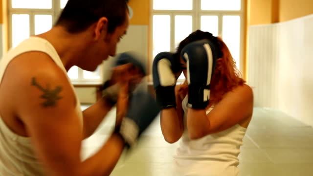 vídeos de stock, filmes e b-roll de garota treino de boxe tailandês - tatame tapetinho