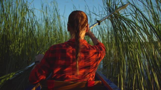 mädchen-reisende schwimmt im kajak auf see - kanudisziplin stock-videos und b-roll-filmmaterial